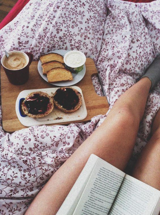 petit d jeuner au lit amoureux crumpets on r ve toutes d un petit d jeuner au lit elle table. Black Bedroom Furniture Sets. Home Design Ideas