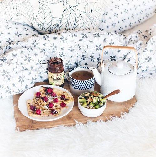 Petit d jeuner au lit h tel cr pe au chocolat et salade for Table petit dejeuner au lit