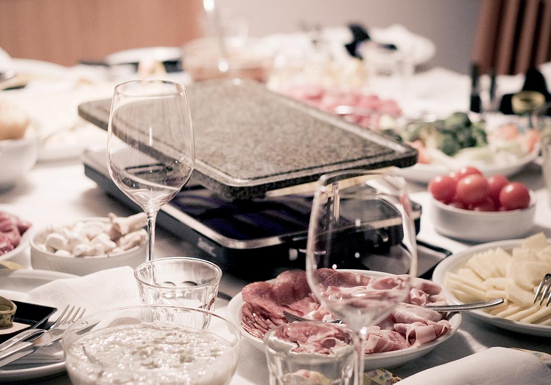 on s quipe bien 10 id es pour moderniser sa raclette elle table. Black Bedroom Furniture Sets. Home Design Ideas