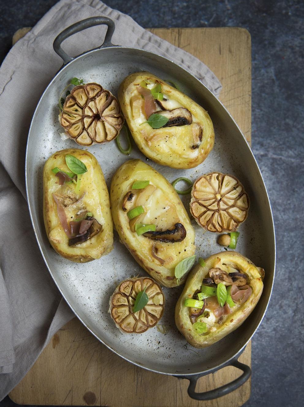 pommes de terres farcies la raclette 10 id es pour moderniser sa raclette elle table. Black Bedroom Furniture Sets. Home Design Ideas