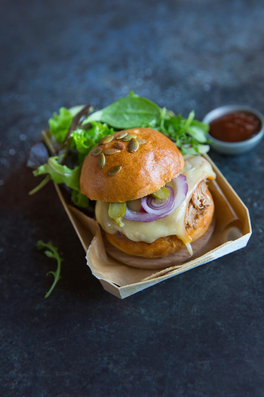 pulled pork burger la raclette 10 id es pour moderniser sa raclette elle table. Black Bedroom Furniture Sets. Home Design Ideas