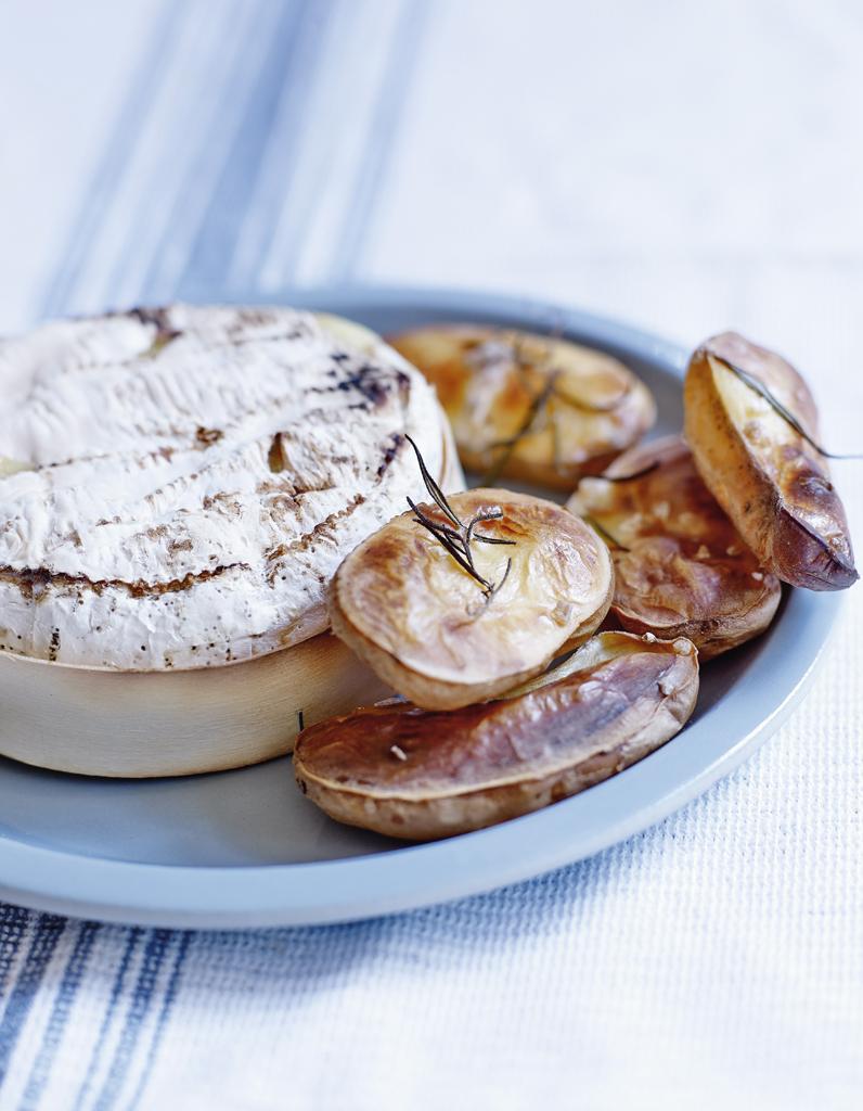 camembert au four et pommes souffl es pour 4 personnes recettes elle table. Black Bedroom Furniture Sets. Home Design Ideas