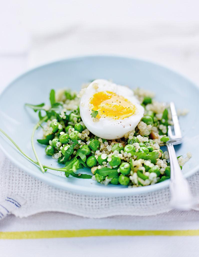 oeufs mollets salade de quinoa et petits pois pour 4 personnes recettes elle table. Black Bedroom Furniture Sets. Home Design Ideas
