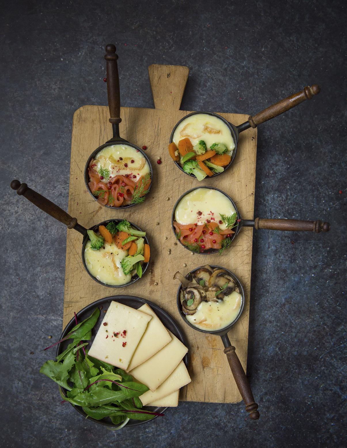 raclette en trois versions pour 4 personnes recettes elle table. Black Bedroom Furniture Sets. Home Design Ideas