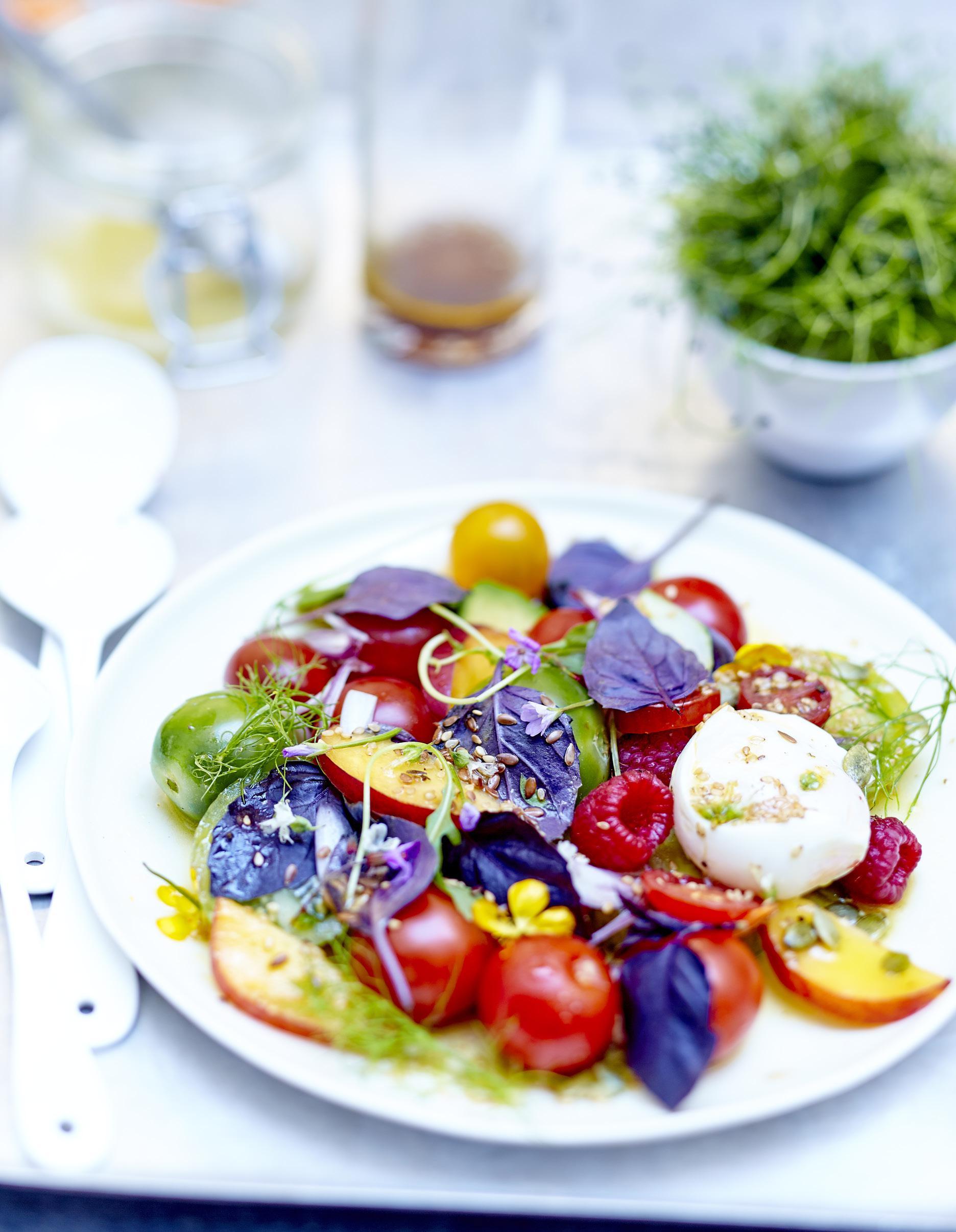salade de tomates fruits fleurs et burrata au basilic pourpre pour 6 personnes recettes elle. Black Bedroom Furniture Sets. Home Design Ideas