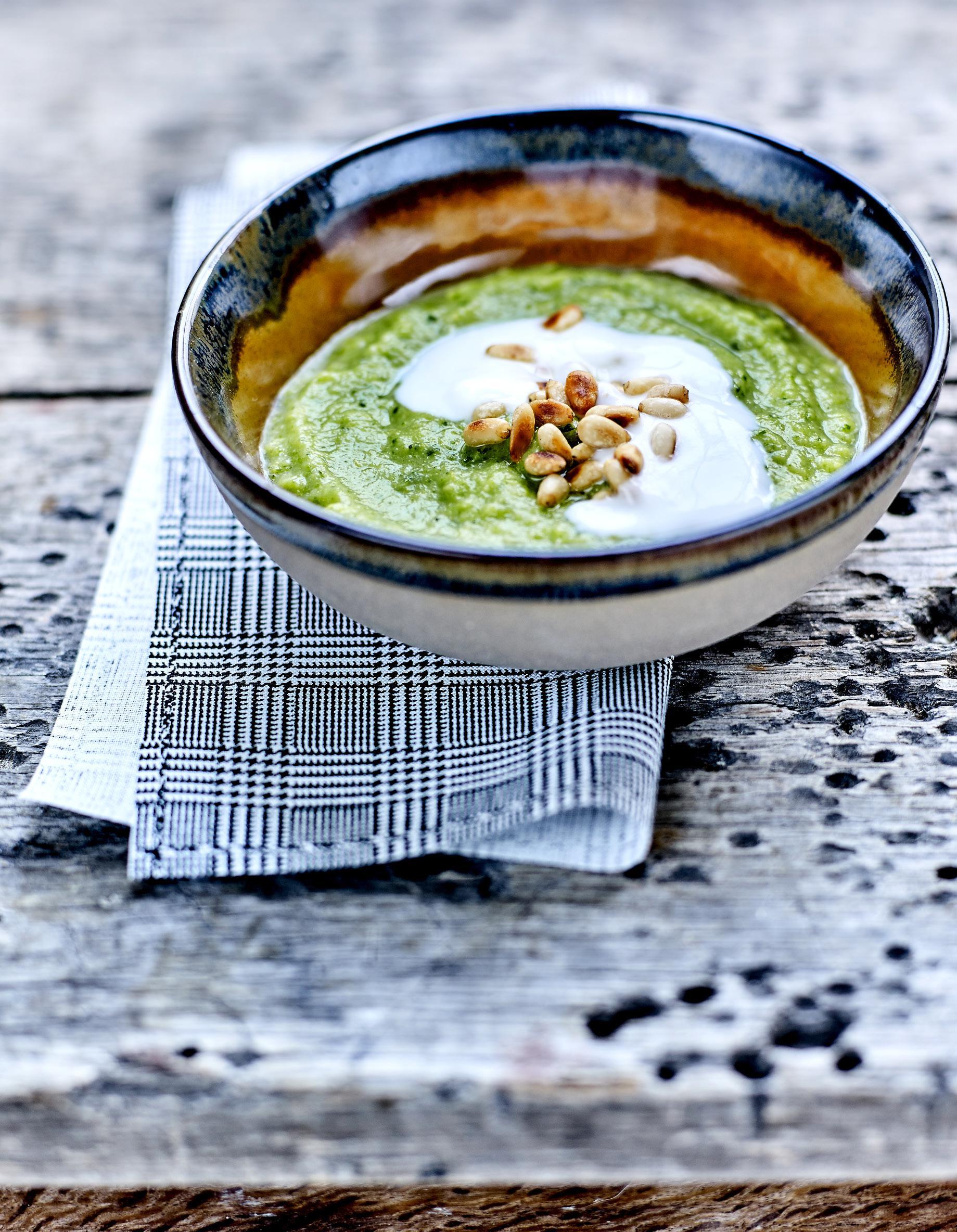 Soupe de brocoli et avocat lait ferment et pignons grill s pour 4 personnes recettes elle - Soupe de brocolis thermomix ...
