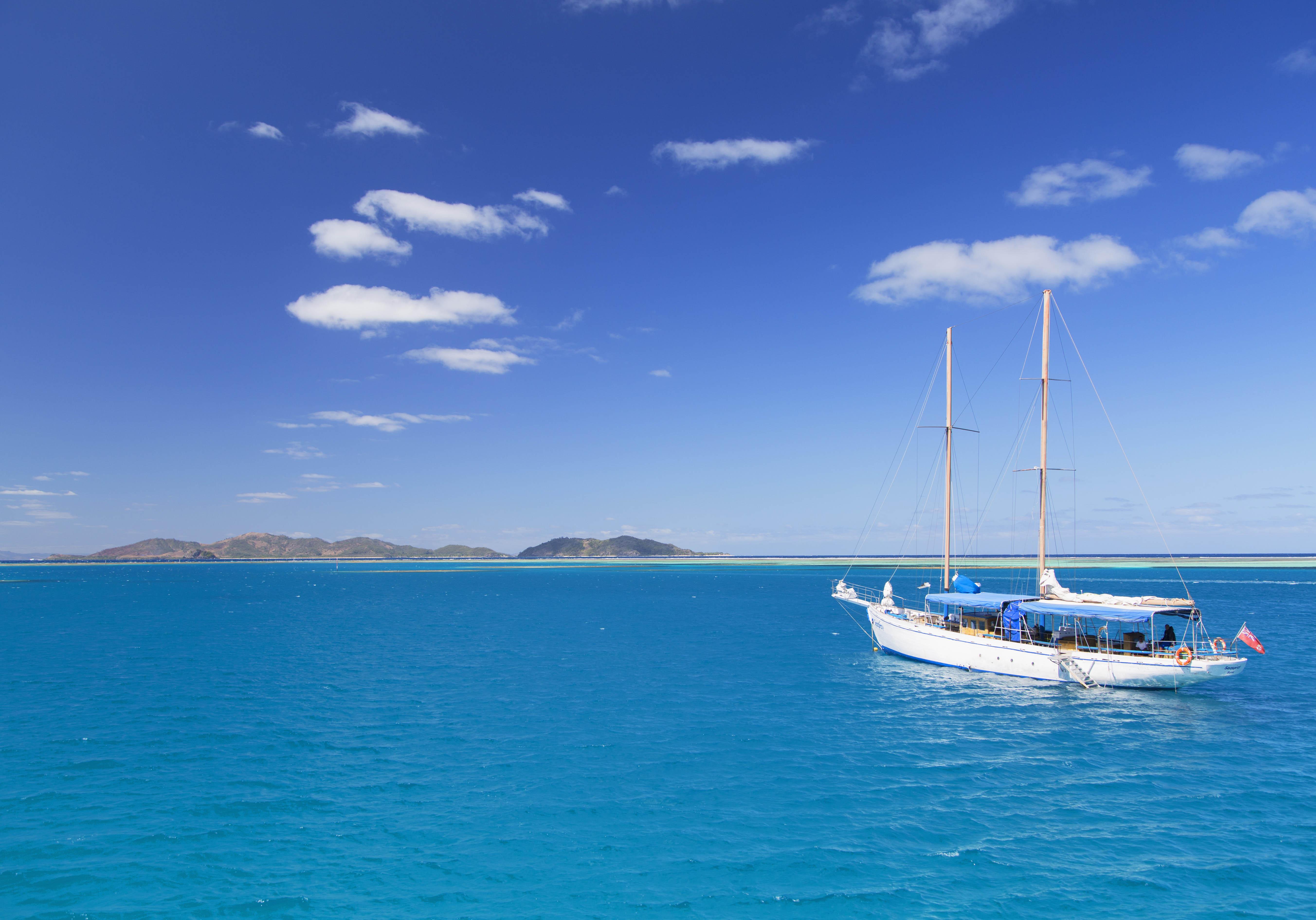 un bateau de promeneurs  au large de l u2019 u00eele de malolo