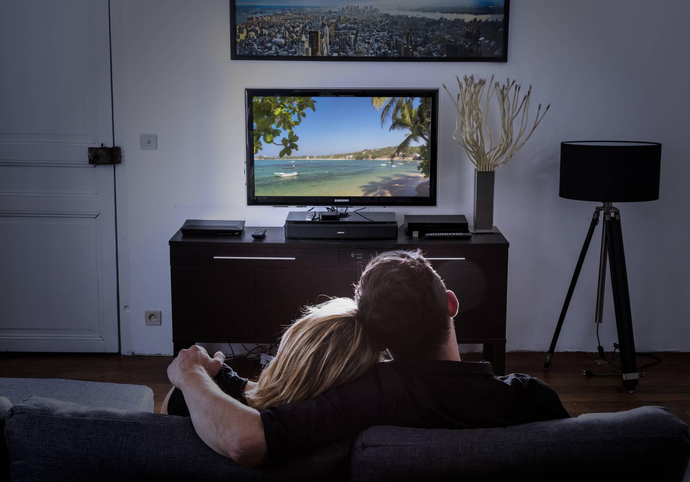 vu la t l sur m6 pour ou contre l mission qui regarde la t l vision elle. Black Bedroom Furniture Sets. Home Design Ideas