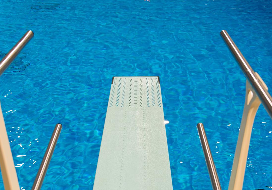 Une piscine avec un solarium piscines paris notre for Piscine avec solarium