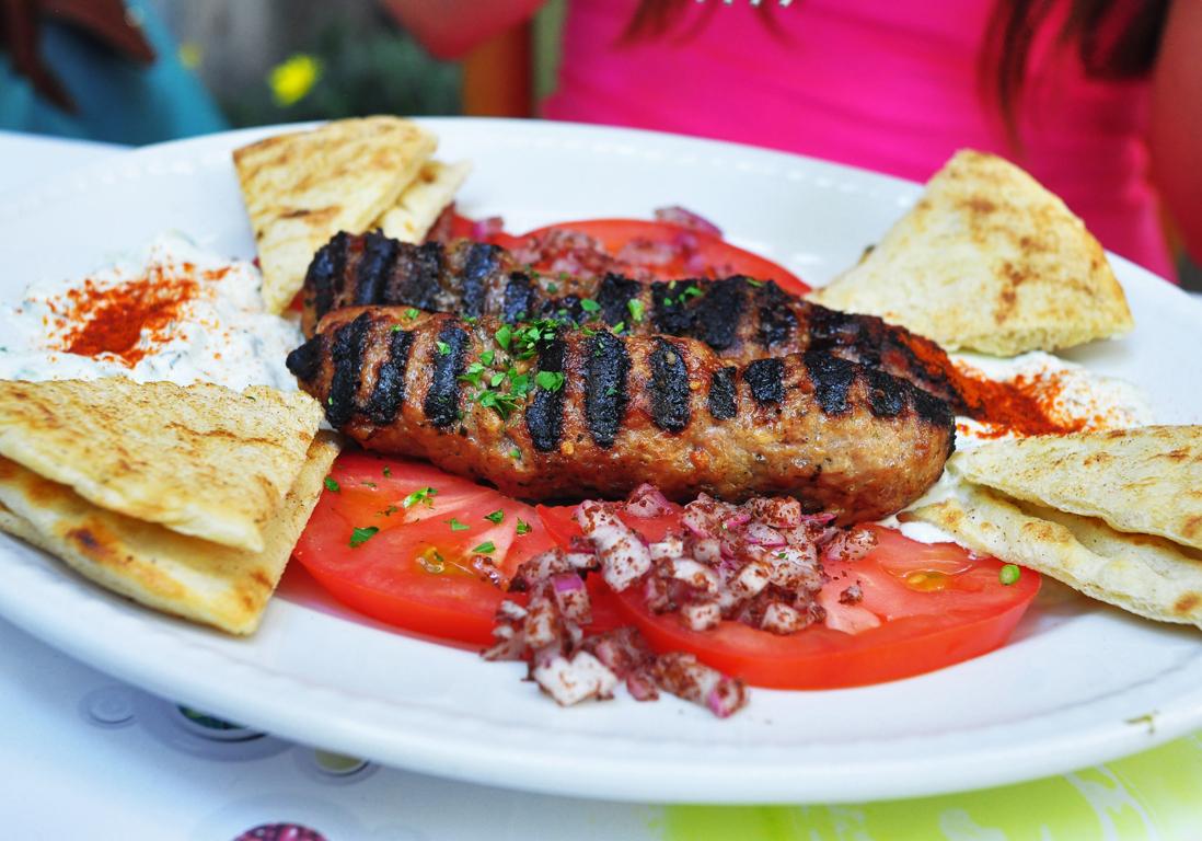 Un restaurant grec lille restaurants grecs 11 adresses pour d ner entre amis elle - Restaurant la table du grec ...