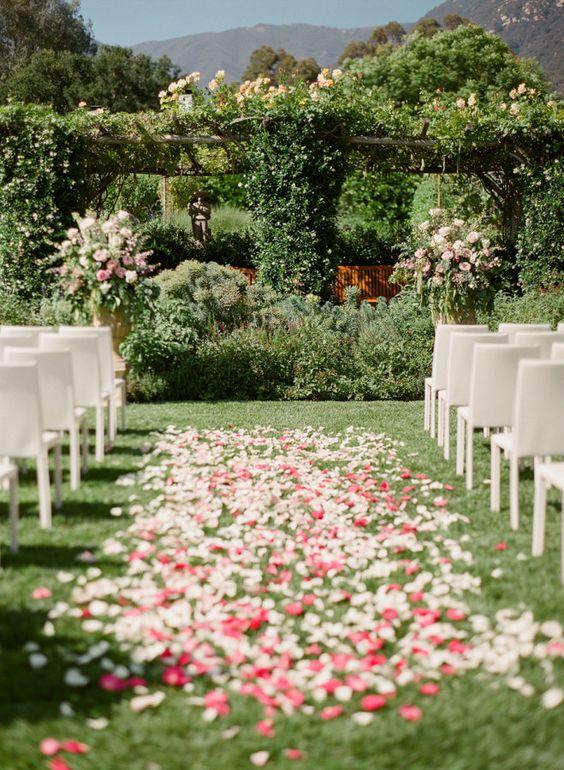 P tales de roses pour un parterre de mariage en ext rieur des p tales de roses pour un mariage for Parterre de roses photos