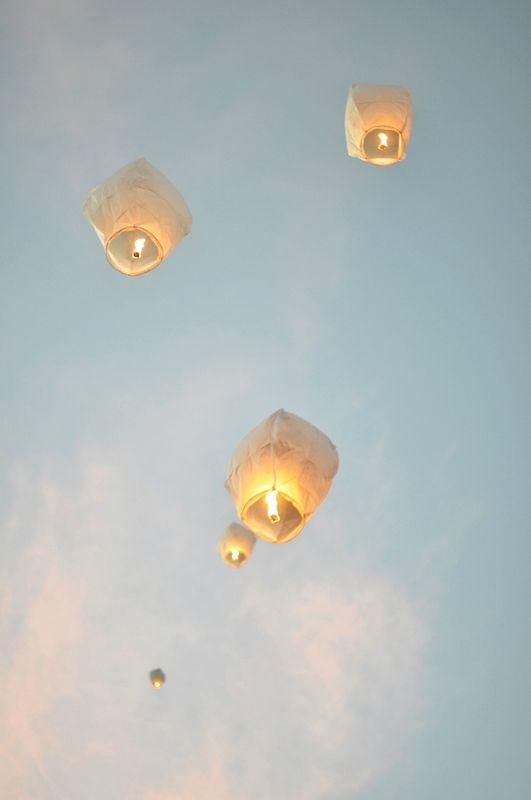 lanterne volante dans le ciel les lanternes volantes l animation po 233 tique d une soir 233 e