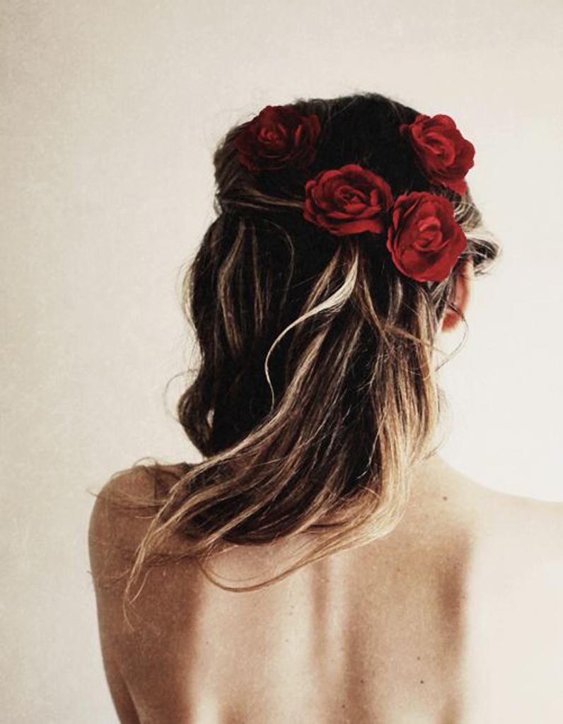 des fleurs rouges dans les cheveux des fleurs dans les cheveux pour un mariage boh me elle. Black Bedroom Furniture Sets. Home Design Ideas