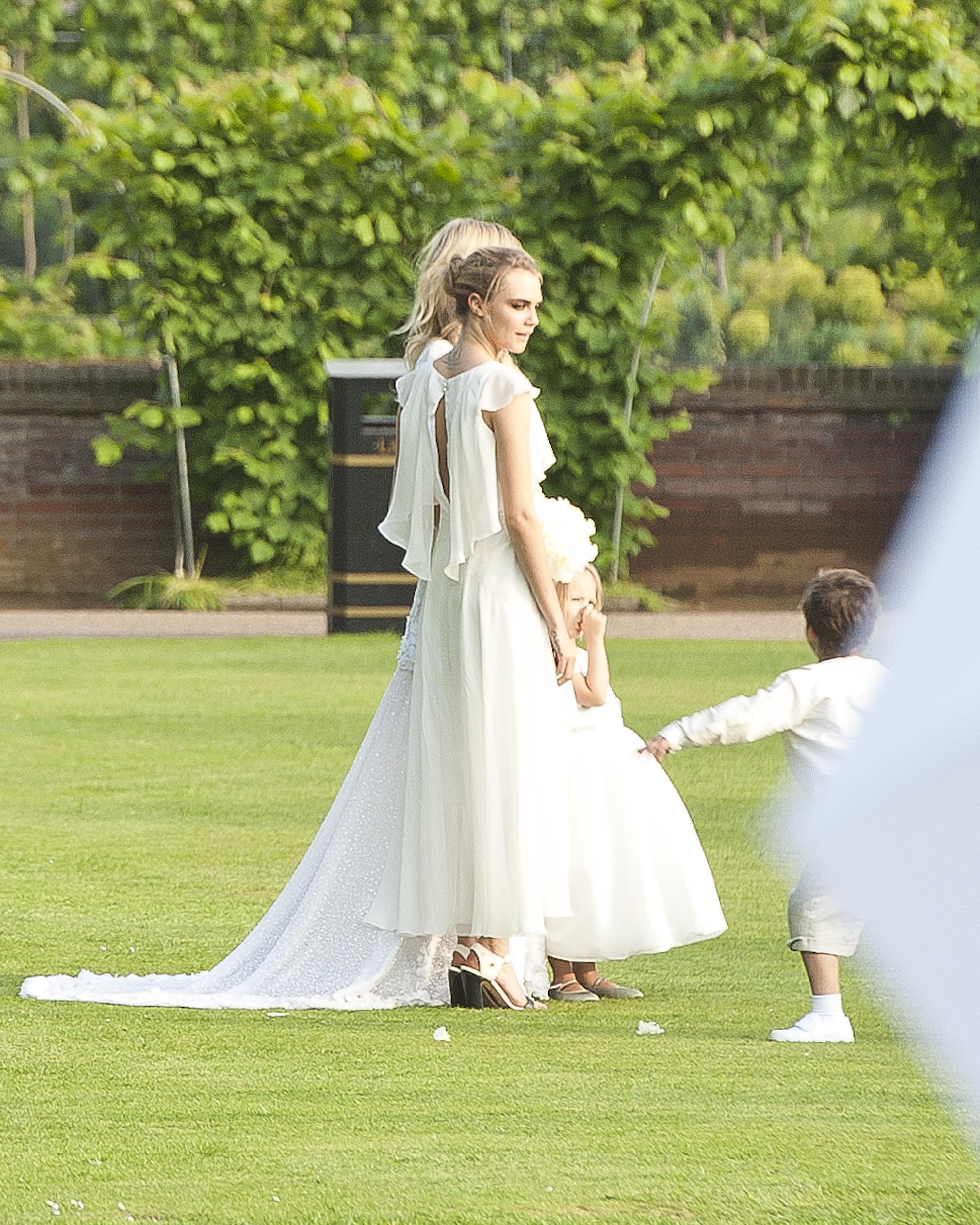 la robe de demoiselle d 39 honneur de cara delevingne au mariage de sa soeur poppy delevingne les. Black Bedroom Furniture Sets. Home Design Ideas
