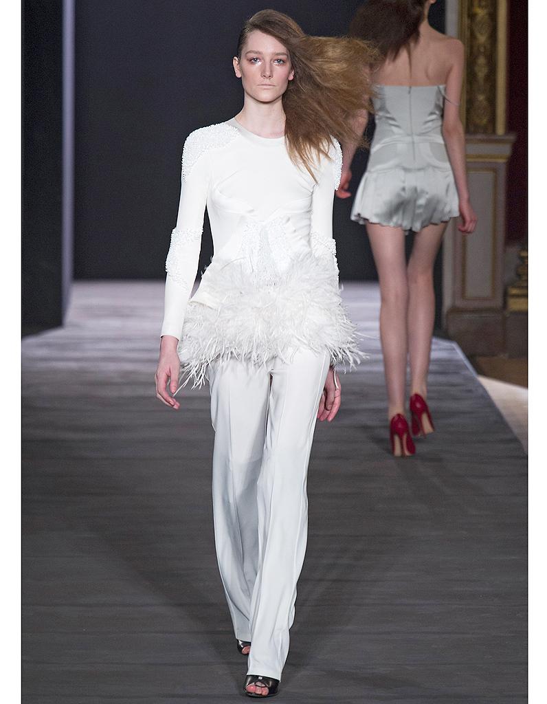 le pantalon hakaan robes de mari e 30 silhouettes de d fil s pour s 39 inspirer elle. Black Bedroom Furniture Sets. Home Design Ideas