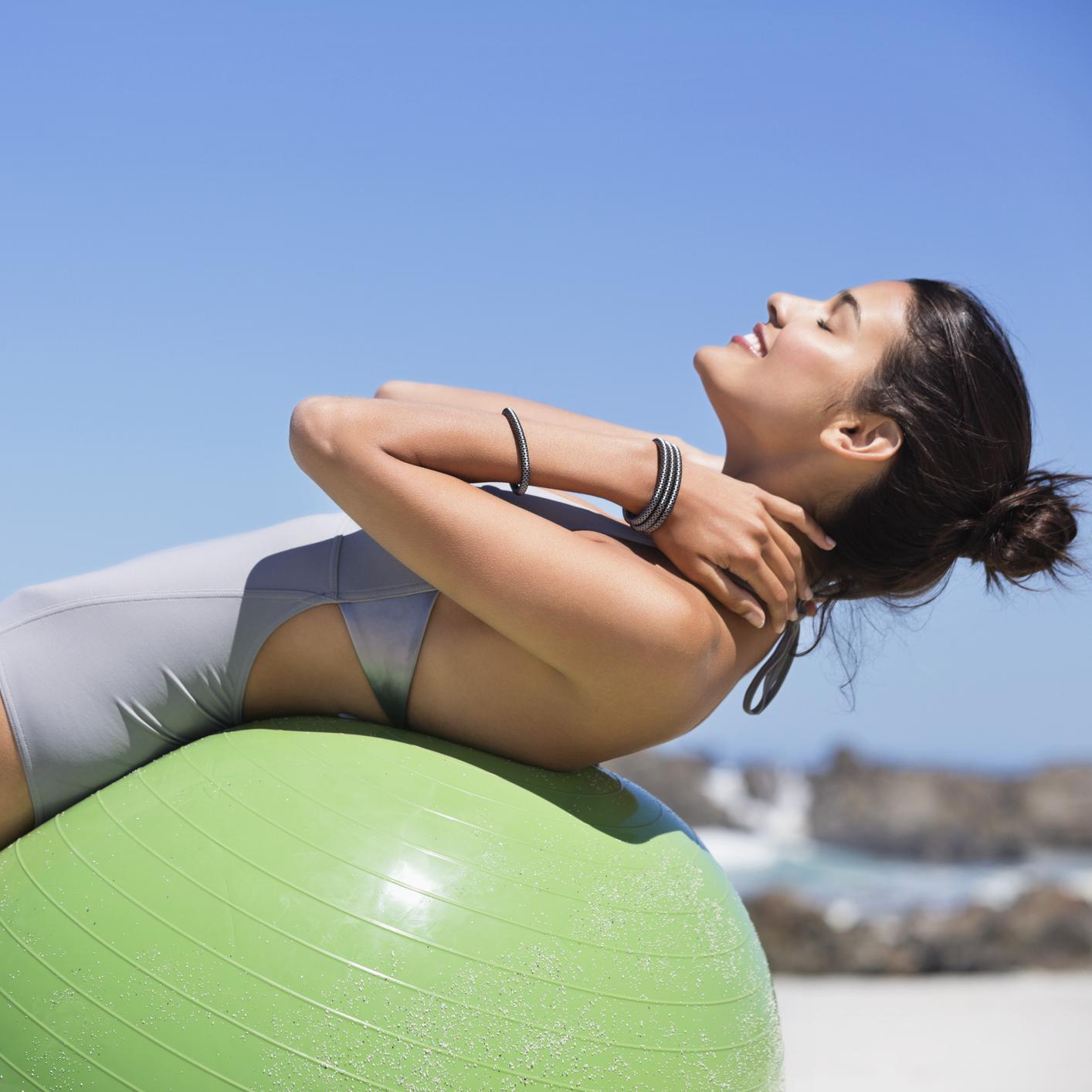 pilates ballon exercice de pilates avec un swiss ball elle. Black Bedroom Furniture Sets. Home Design Ideas