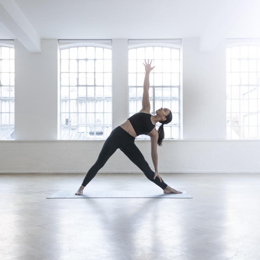 voici 4 postures de yoga que vous faites surement mal elle. Black Bedroom Furniture Sets. Home Design Ideas