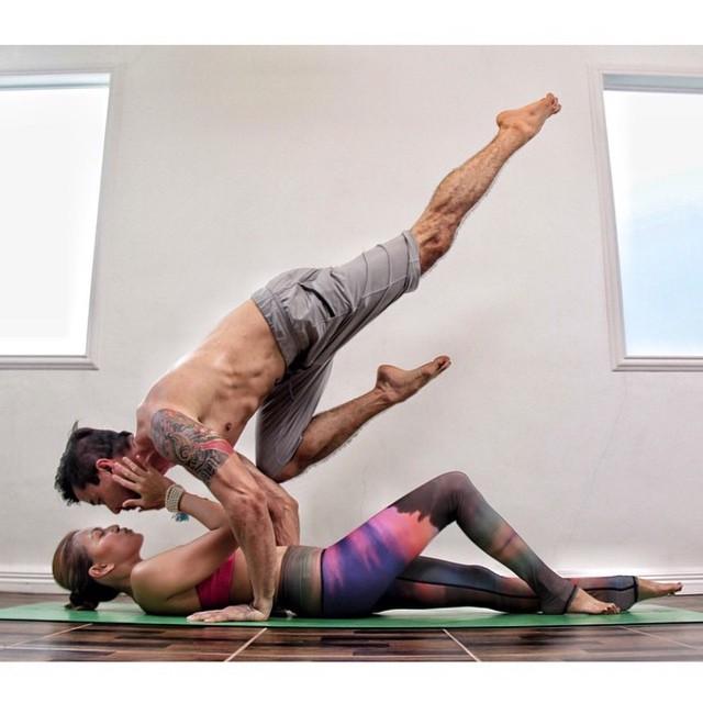 cours de yoga en couple yoga en couple les plus jolies photos rep r es sur instagram elle. Black Bedroom Furniture Sets. Home Design Ideas