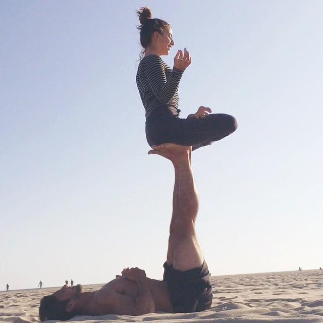 le yoga en couple yoga en couple les plus jolies photos rep r es sur instagram elle. Black Bedroom Furniture Sets. Home Design Ideas