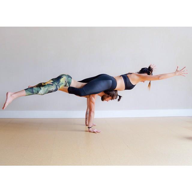 posture yoga deux yoga en couple les plus jolies photos rep r es sur instagram elle. Black Bedroom Furniture Sets. Home Design Ideas