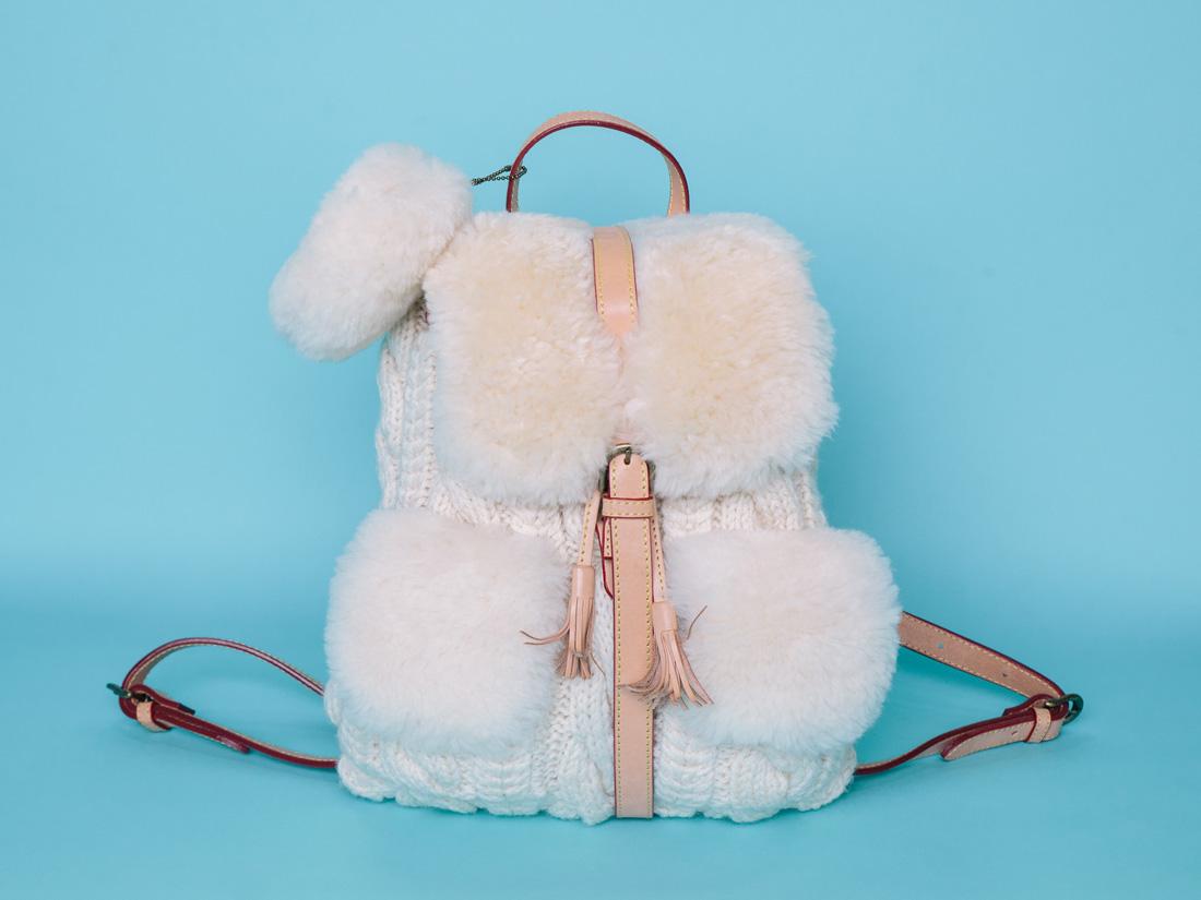 le sac dos en maille et fausse fourrure muku ces accessoires qu on va aimer porter l hiver. Black Bedroom Furniture Sets. Home Design Ideas