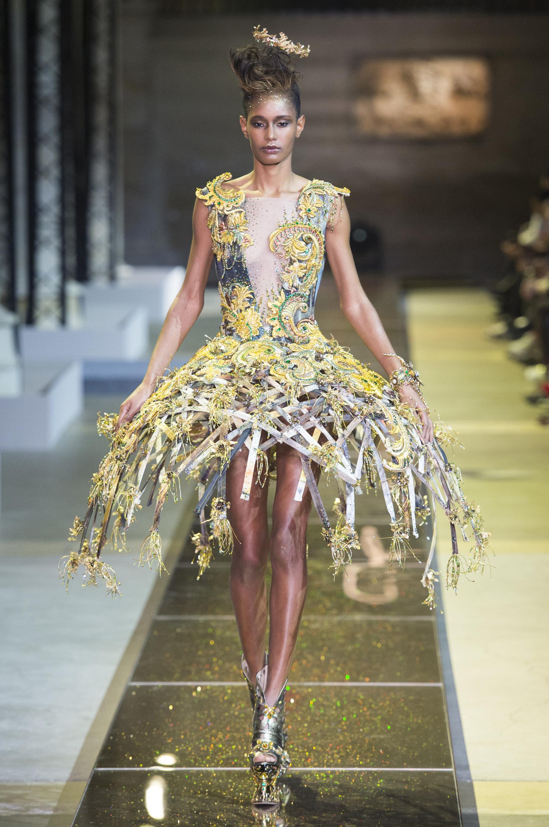 Tabliers Haute Couture : Défilé guo pei haute couture printemps été paris elle