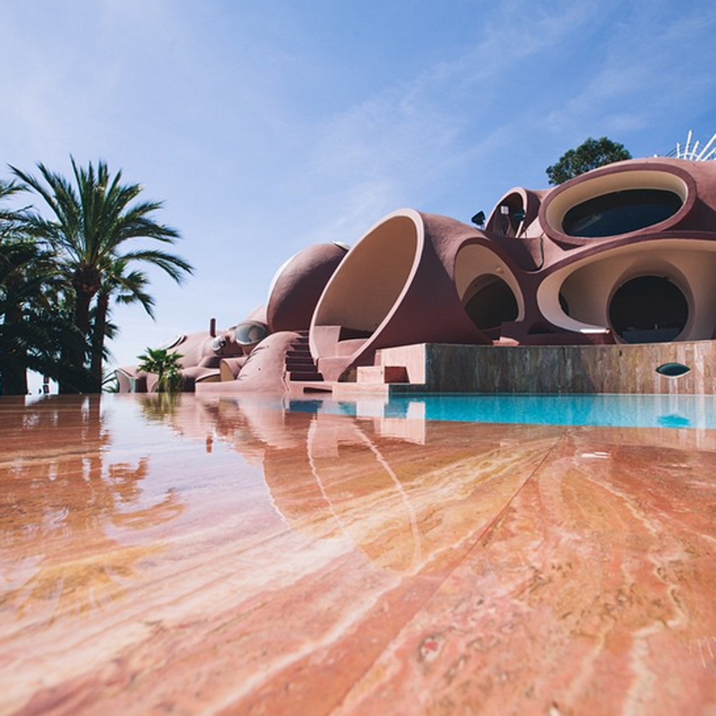 L 39 incroyable architecture du palais bulles propri t de pierre cardin revivez le d fil dior - Palais bulles de pierre cardin ...