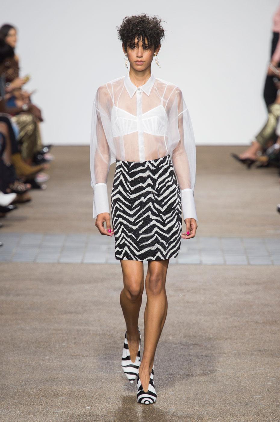 ... 2017 - Dilone, nouvelle star des podiums de la Fashion Week - Elle