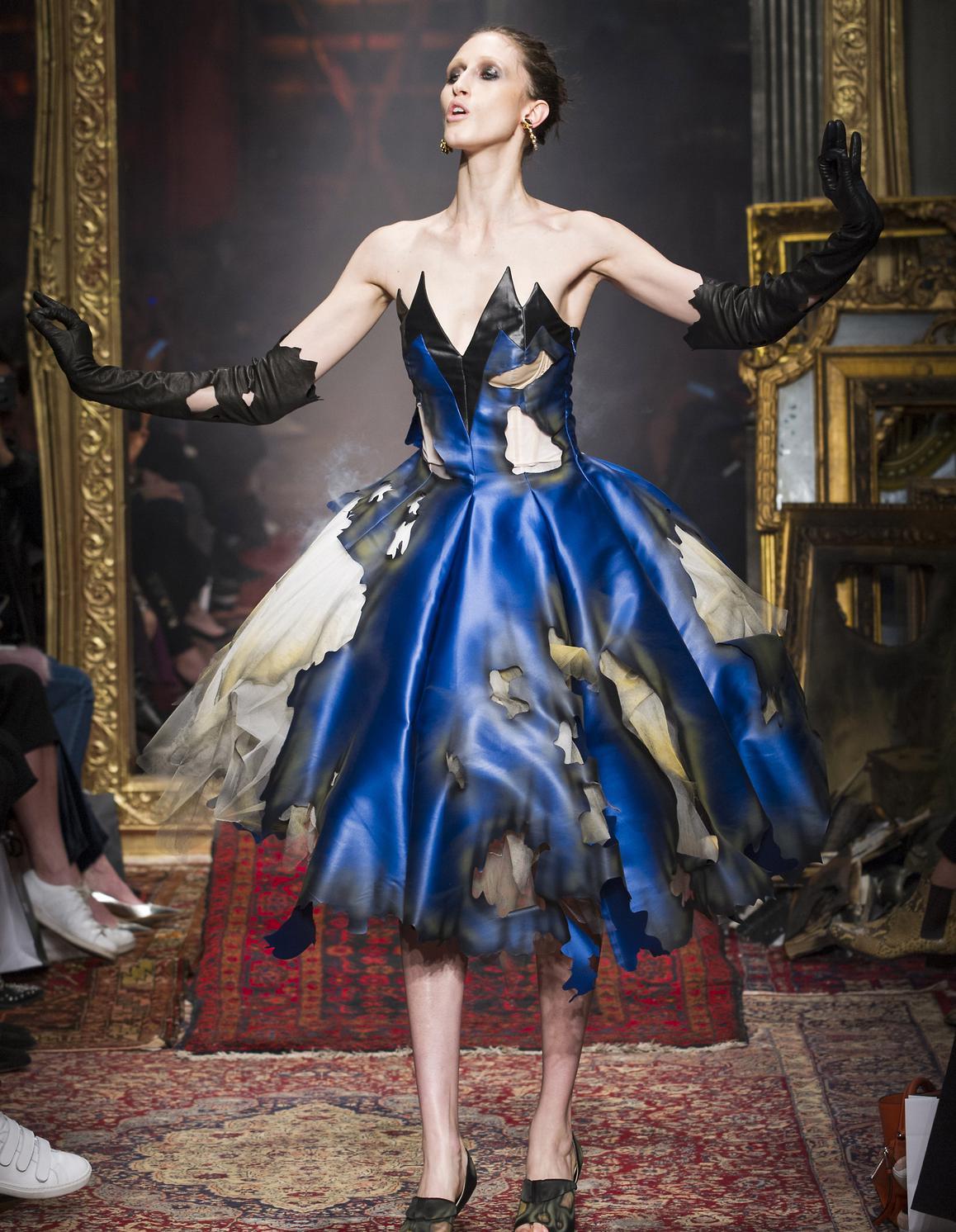 fashion week de milan suivez le d fil moschino en direct 20 heures elle. Black Bedroom Furniture Sets. Home Design Ideas