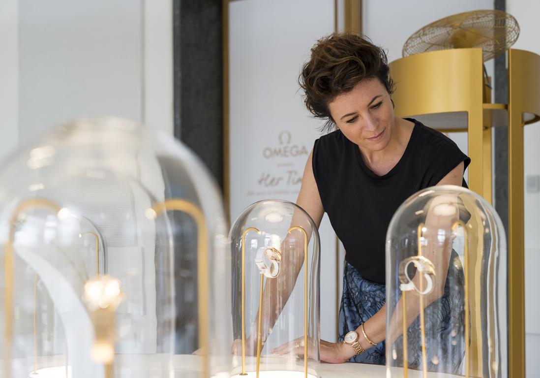 l 39 instant mode garance dor l 39 exposition de montres omega milan elle. Black Bedroom Furniture Sets. Home Design Ideas