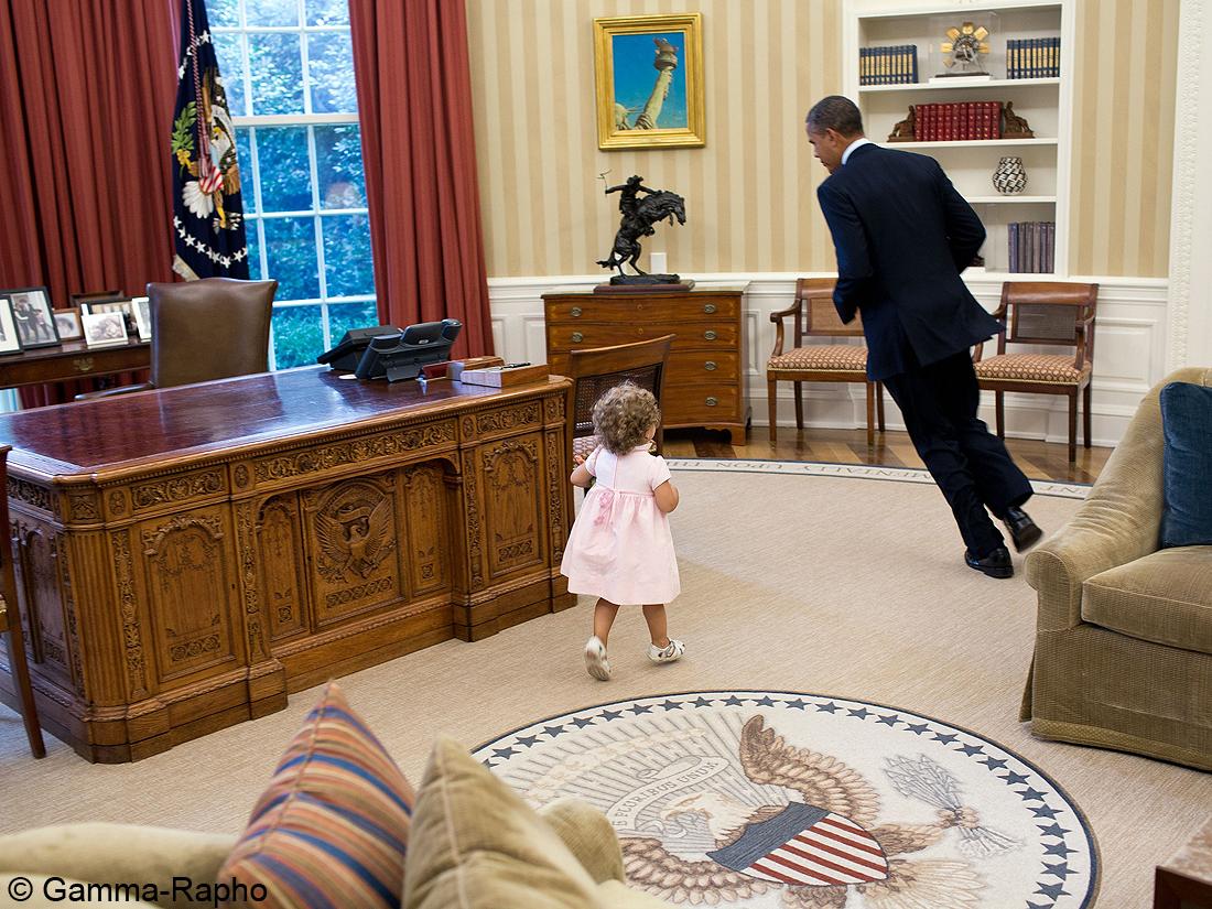 Parce qu il joue cache cache dans le bureau ovale les photos les plus dr les de barack for Bureau ovale
