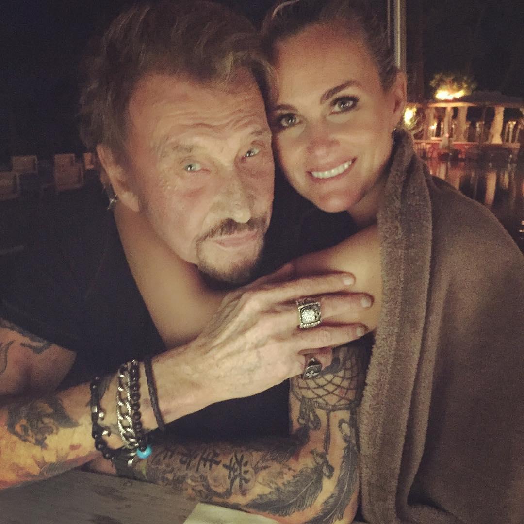 Look Johnny Hallyday >> Johnny et Laeticia Hallyday : en vacances, le couple danse sur « Despacito » - Elle