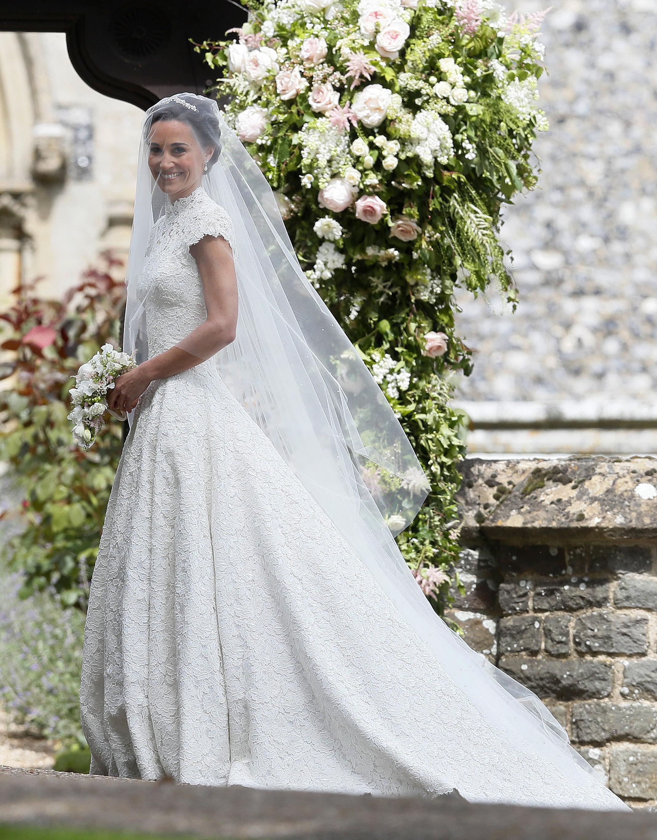 pippa middleton porte une robe giles deacon mariage de pippa middleton george et charlotte. Black Bedroom Furniture Sets. Home Design Ideas