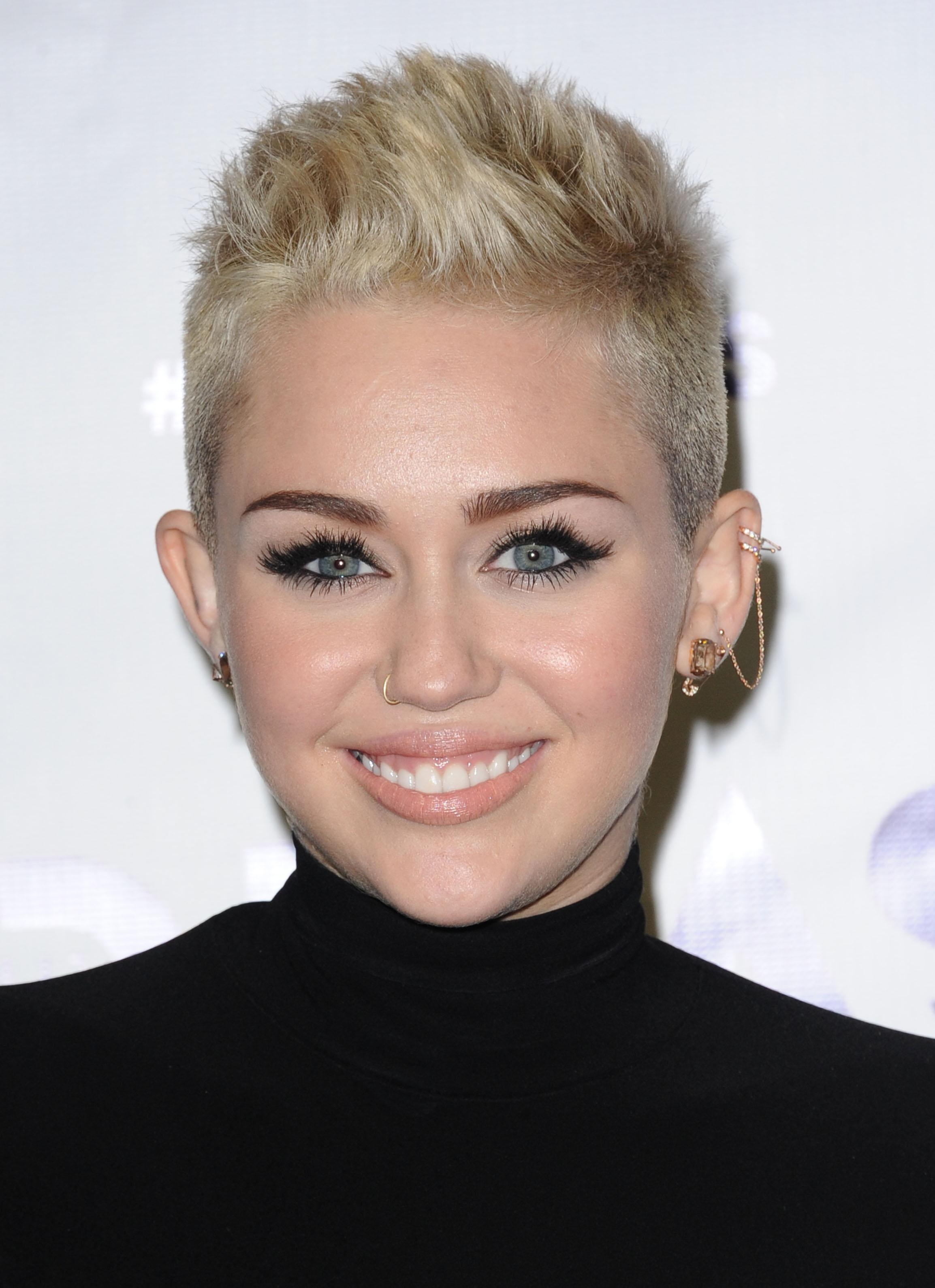 le piercing de nez de miley cyrus piercing nez les plus beaux piercings de nez des stars qui. Black Bedroom Furniture Sets. Home Design Ideas