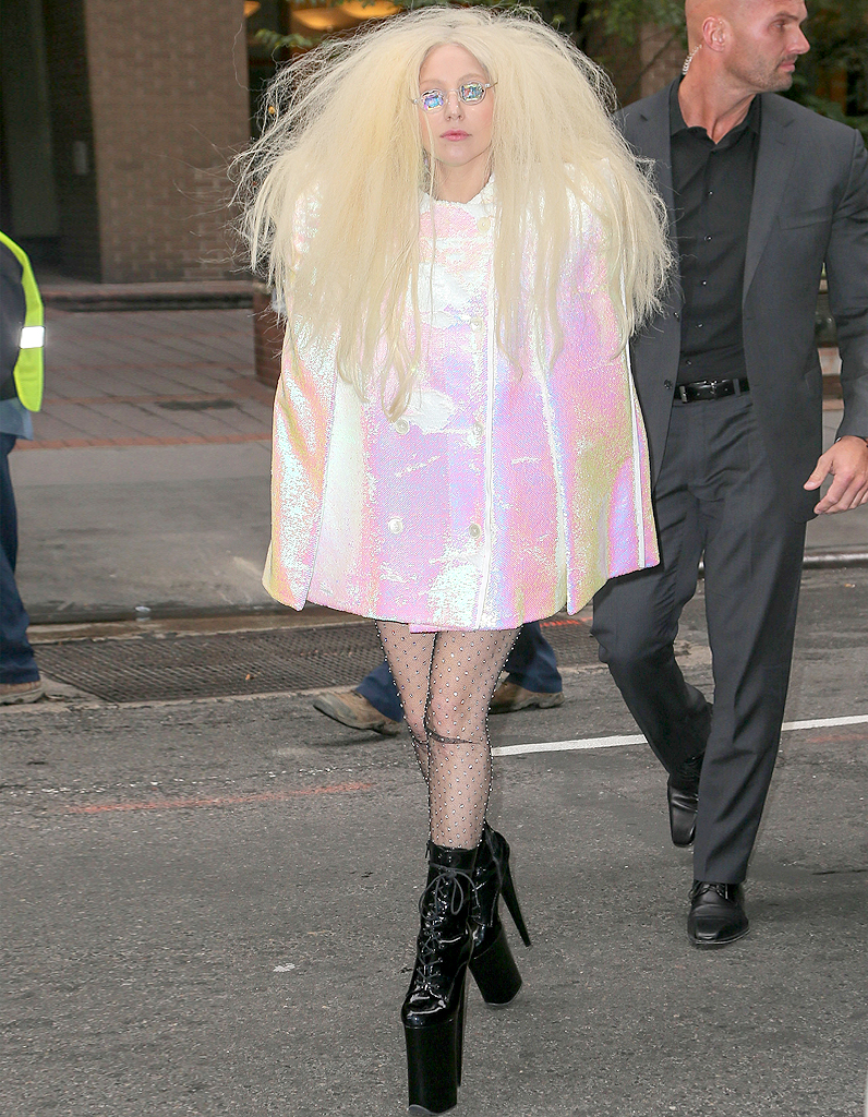 [Image: Le-look-du-jour-Lady-Gaga-et-son-manteau-lame-rose.jpg]
