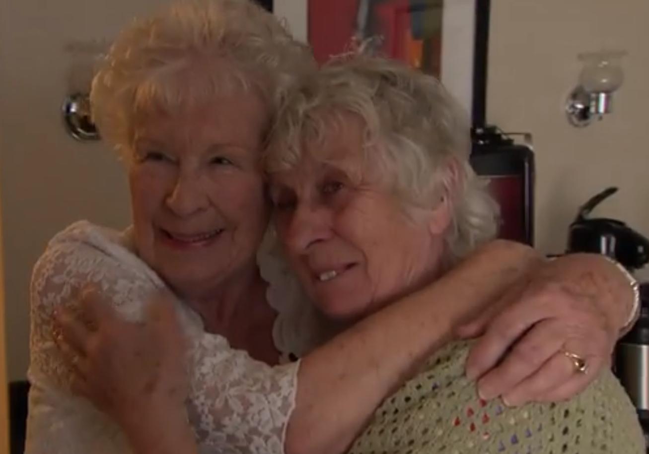 des jumelles de 78 ans se rencontrent pour la premi re fois elle. Black Bedroom Furniture Sets. Home Design Ideas