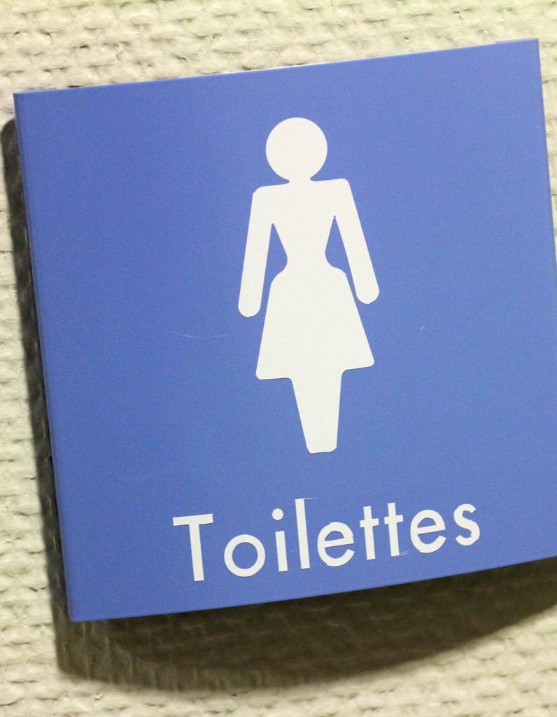 il cachait des cam ras dans les toilettes de bars parisiens elle. Black Bedroom Furniture Sets. Home Design Ideas