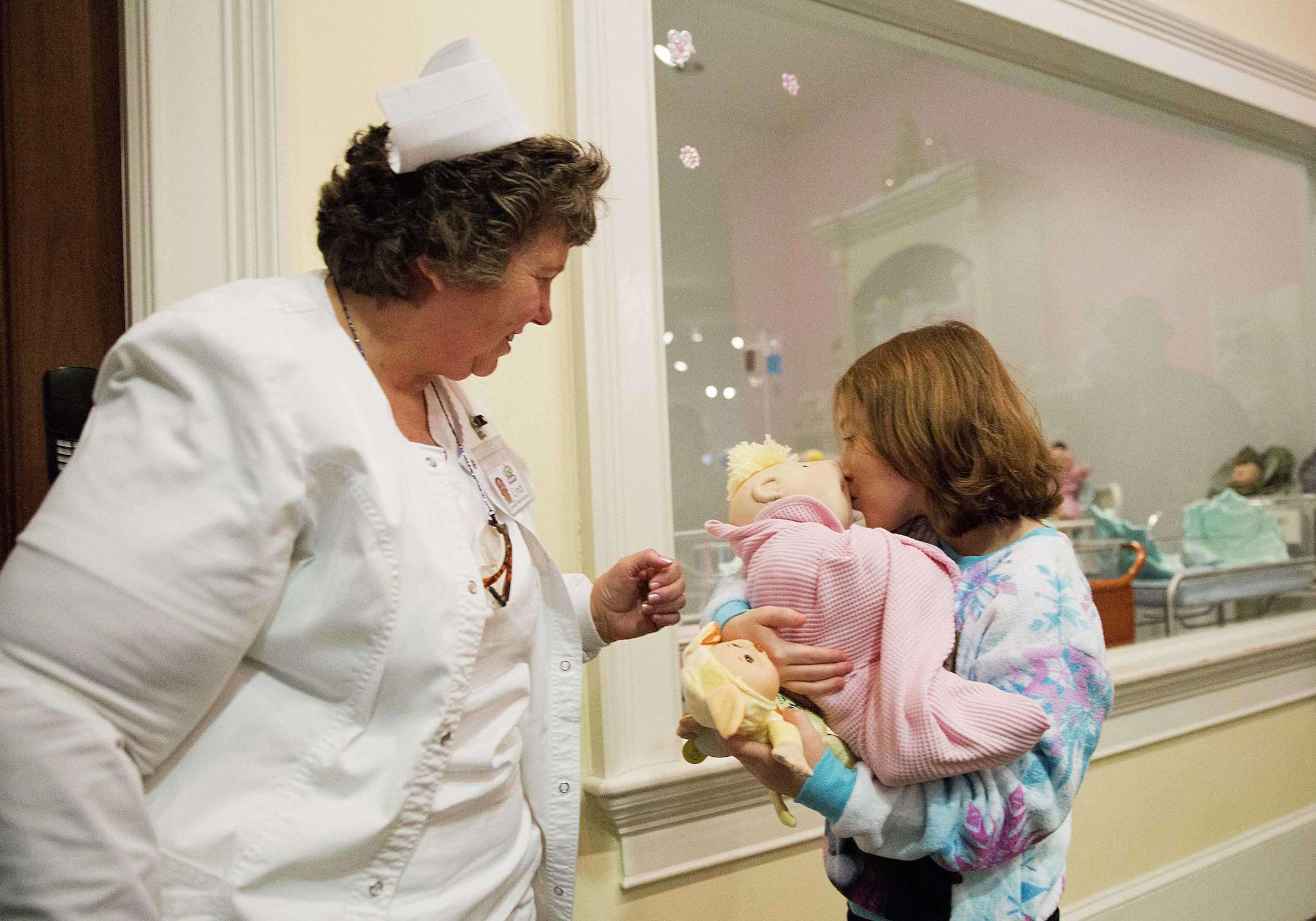un enfant malade et orphelin adopt par son infirmi re elle. Black Bedroom Furniture Sets. Home Design Ideas